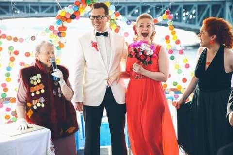 молодожены смеются на свадьбе