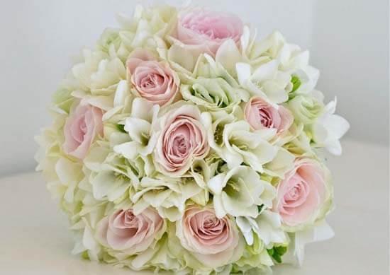 букет невесты из белых фрезий и роз