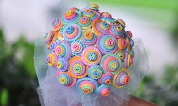 свадебный букет из пуговиц кислотных оттенков