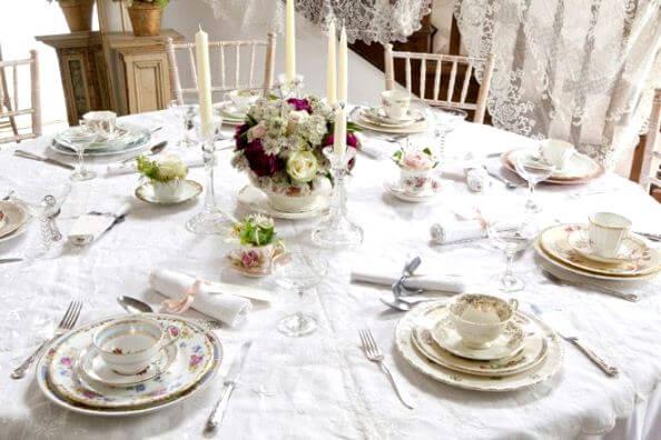 винтажные сервизы на свадбеном столе