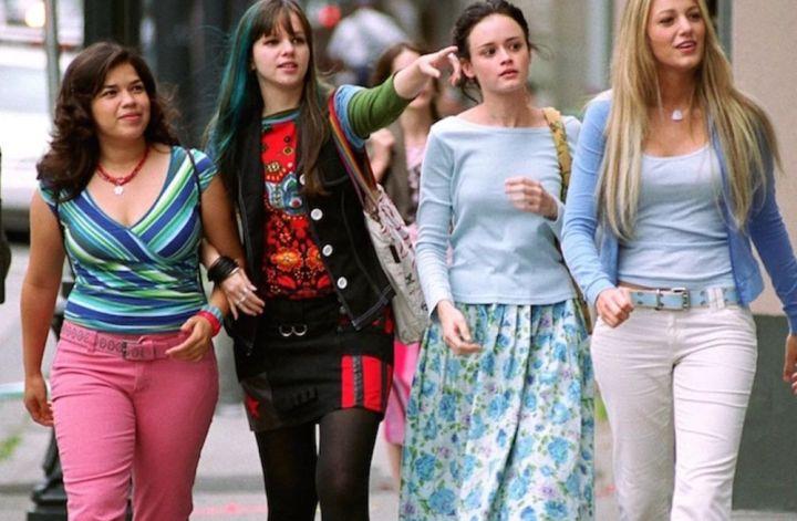 Quatro Amigas e Um Jeans Viajante: Imagem com as quatro amigas protagonistas do filme andando na rua, da esquerda para a direita Carmen, Tibby, Lena e Bee.