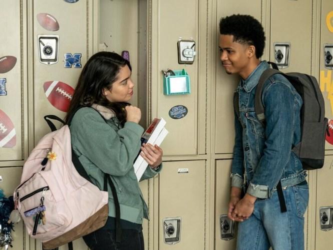 """Cena do filme """"Quase Uma Rockstar"""", da Netflix, que retrata a personagem principal, Amber, em frente aos escaninhos do colégio onde estuda conversando com seu colega e amigo, Ty."""