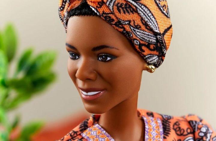 Barbie Maya Angelou: foto em close do rosto da boneca, que veste vestido e turbante alaranjados com a mesma estampa