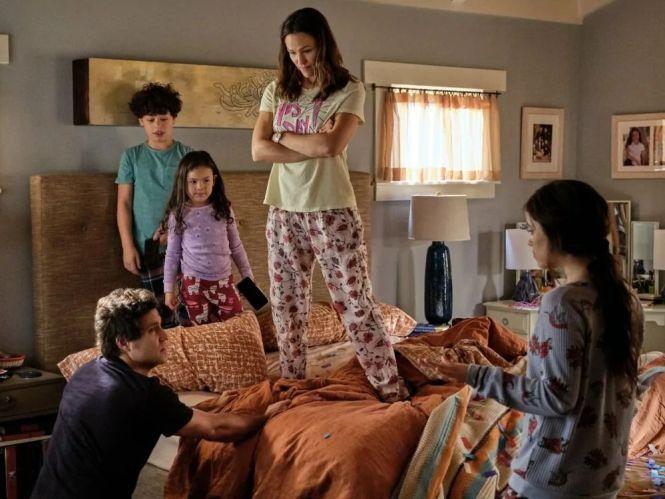 Dia do Sim: foto da família protagonita do filme, onde a mãe e os filhos mais novos se encontram em pé em cima da cama do casal, olhando para o pai que está ajoelhado no chão, com a filha mais velha em pé ao seu lado observando a cena.