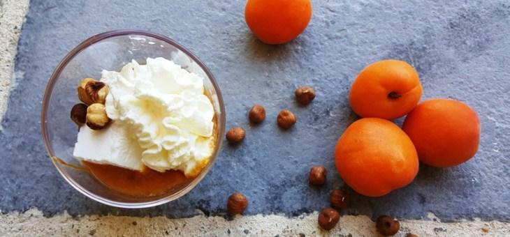 Coupe de coco glacée sur lit d'abricots et caramel