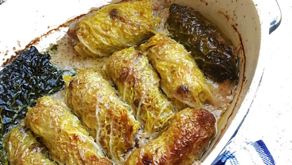 Rouleaux de chou frisé rôtis au four, farcis à la viande et aux raisins secs