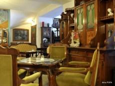 Cafenea, mobilier de pe vremea matusii bunicii.