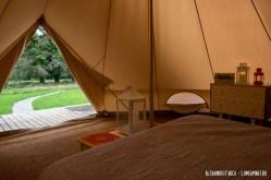 Vedere la usa cortului