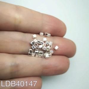 Mostacilla cuadrada lijada bañada en plata de 2x2mm 1gr 30un aprox LDB40147