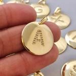 Dije bañado en oro 22k de 21mm Letra Medalla Circones LDB81959