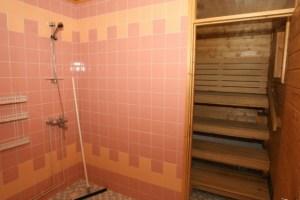 Pesuhuoneessa on kaksi suihkua.