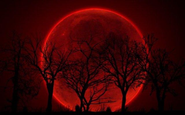 ésotérique avec la Lune rouge