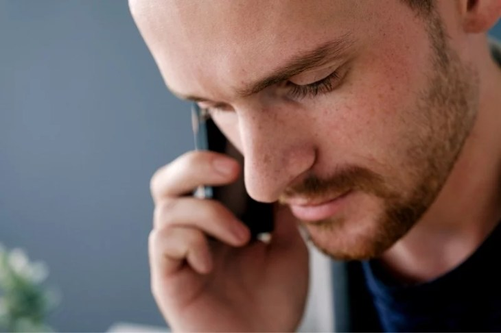 man pratar i telefonen
