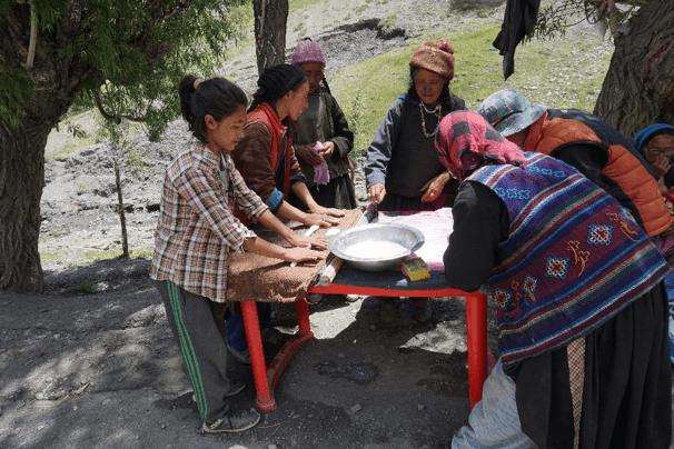 Mit viel Ausdauer und Freude haben die Dorffrauen gewalkt und den Filz zu schönen Blumen und Sitzkissen verarbeitet.