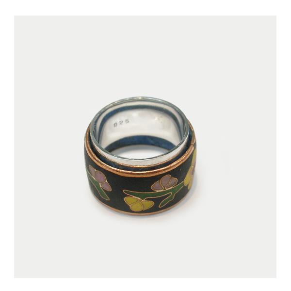 サイズ直しの出来ないエポキシ樹脂の指輪の中にシルバーリングを入れて、身につ受けられるようにサイズを調整いたしました。