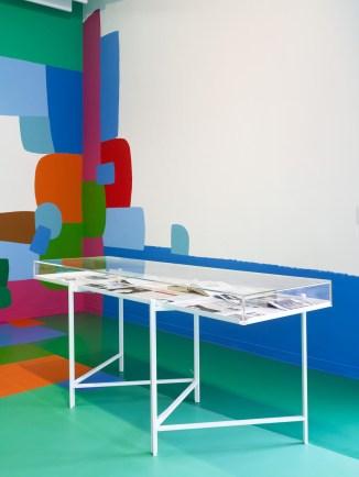 """Vista de la exposición """"Untitled"""" con mural """"Open Envelope"""" (2018) de Federico Herrero e instalación """"At home"""" de Jef Geys. Witte de With Center for Contemporary Art 2018. Fotografía: Kristien Daem."""