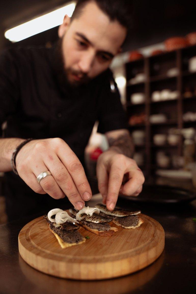 Mercado Negro — Chef Filipe plating sardines
