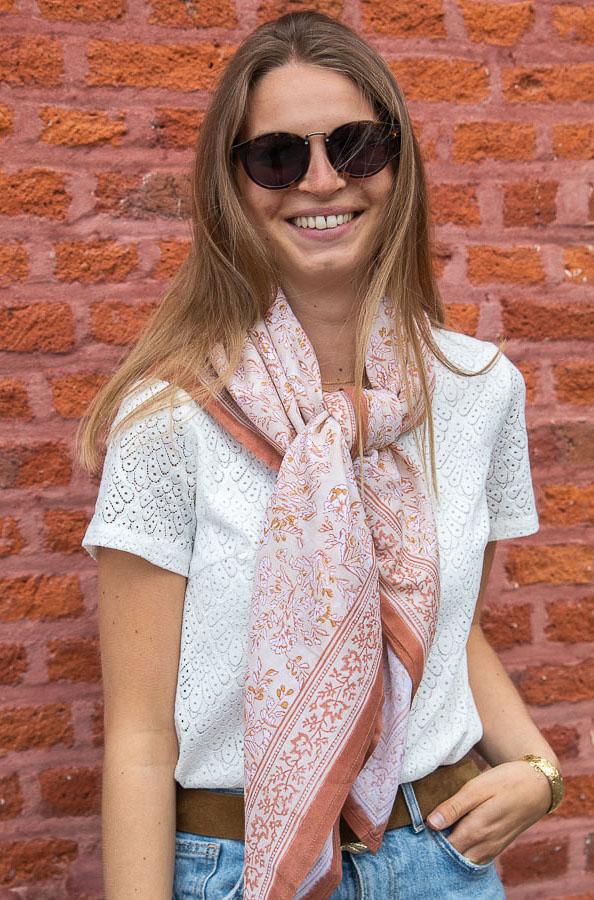 Grand foulard à motifs beige rose clair