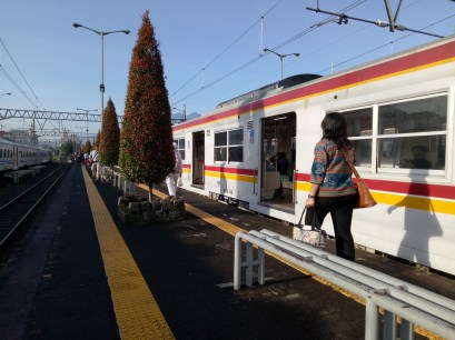 Dari Jakarta, saya naik KRL ke Bogor. Ongkos KRL Stasiun Tanah Abang-Stasiun Bogor Rp 6.000,- sekali jalan. Ini suasana Stasiun Bogor hari Rabu, 2 Maret 2017, jam 07:21.