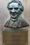 Monumen Reindwart. Kebun Raya Bogor didirikan tanggal 18 Mei 1817 oleh Prof. Dr. C.G.C. Reindwart, ahli botani berkebangsaan Jerman. Awalnya kebun ini bernama s'Lands Plantentuin te Buitenzorg. Hidung Profesor Reindwart jadi kuning begitu mungkin gara-gara kebanyakan dicolek-colek sama pengunjung. :(