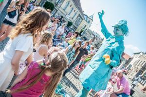 Turguosie Shopkeeer living statue at UfO festival in Poland, photo by Tomasz Koryl