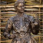 living-statue-scientist-marie-curie-lutrek-uk