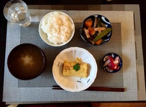 Omelette avec un nimono de légumes  (recette un de ces jours), pickles, riz et soupe miso.