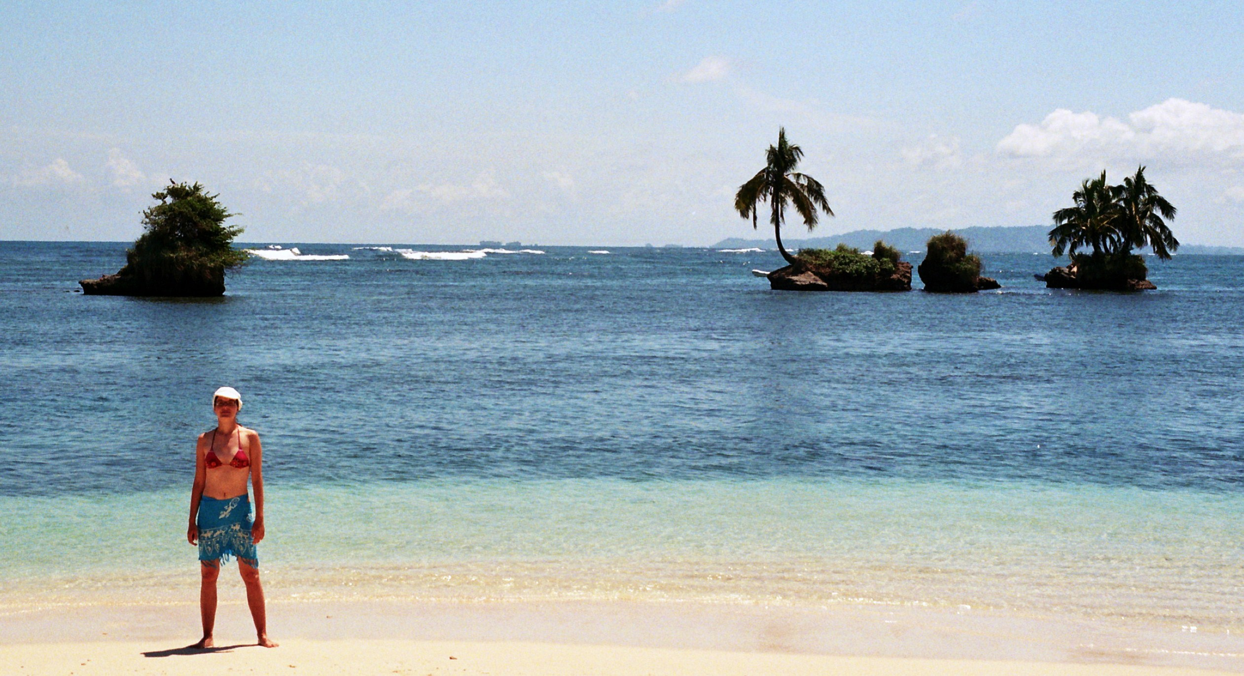 na pláži s ostrůvky