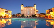 De nuit, le charme du Château et de la piscine opèrent toujours