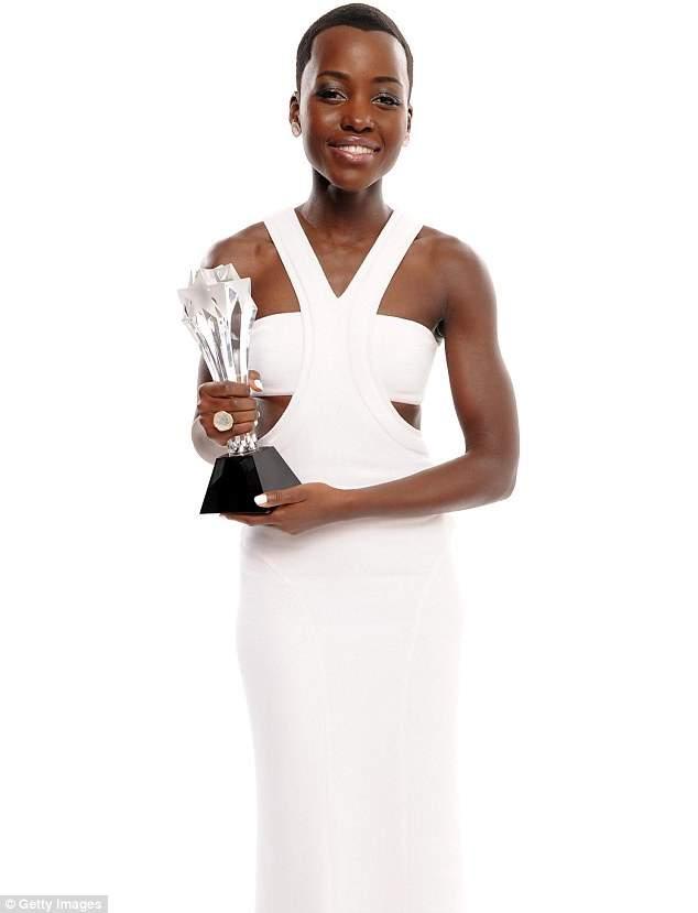 lupita nyong'o holding award