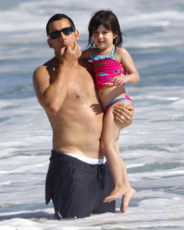 """Adam Sandler - a typical representative of men with """"granny body."""" However, apparently, in doing so he is really a good father."""