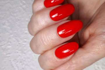 Red solid color manicure