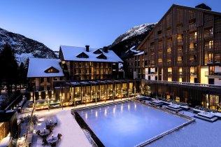 LuxeGetaways_Chedi-Andermatt_Switzerland_Slimming-Wellness-Retreat_Courtyard_Ice-Rink