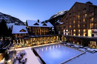 LuxeGetaways_Chedi-Andermatt_Switzerland_Slimming-Wellness-Retreat_Courtyard_Ice-Rink