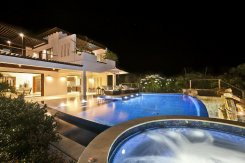 LuxeGetaways_Villa-Nevaeh_Luxury-Villa-Rentals_Over-The-Top-Luxury-Villa_Exterior_Luxury-Pool