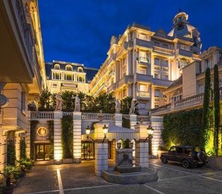 LuxeGetaways - 25 Poolside Experiences - Luxury Hotel Pools - Hotel Metropole Monte Carlo