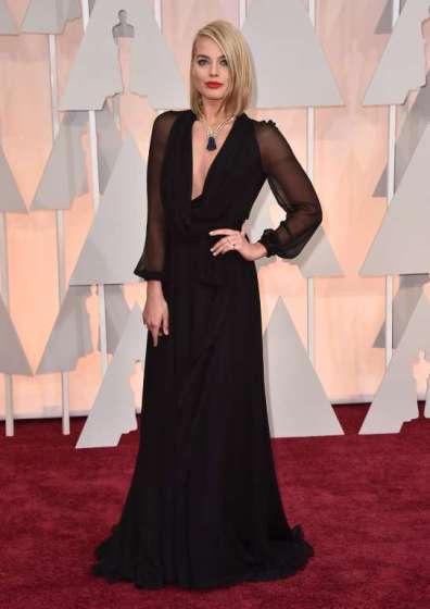 Margot Robbie mặc một thiết kế đầm đen của Saint Laurent Paris