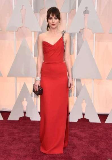 Dakota Johnson, diễn viên của 50 Shades of Grey, tỏa sáng với đầm đỏ Saint Laurent và trang sức tối giản