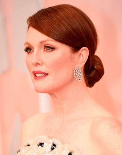Lựa chọn trang sức của nữ diễn viên là khuyên tai kim cương của Chopard