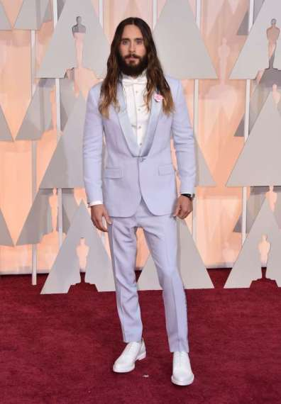 Jared Leto, chủ nhân giải Oscar năm ngoái, điệu đà trong bộ suit màu hoa oải hương của nhà Givenchy