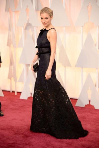 Siena Miller mặc đầm Oscar de la Renta và trang sức Forevermark