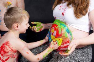 Babybauch Painting im Lux Fotostudio Berlin.