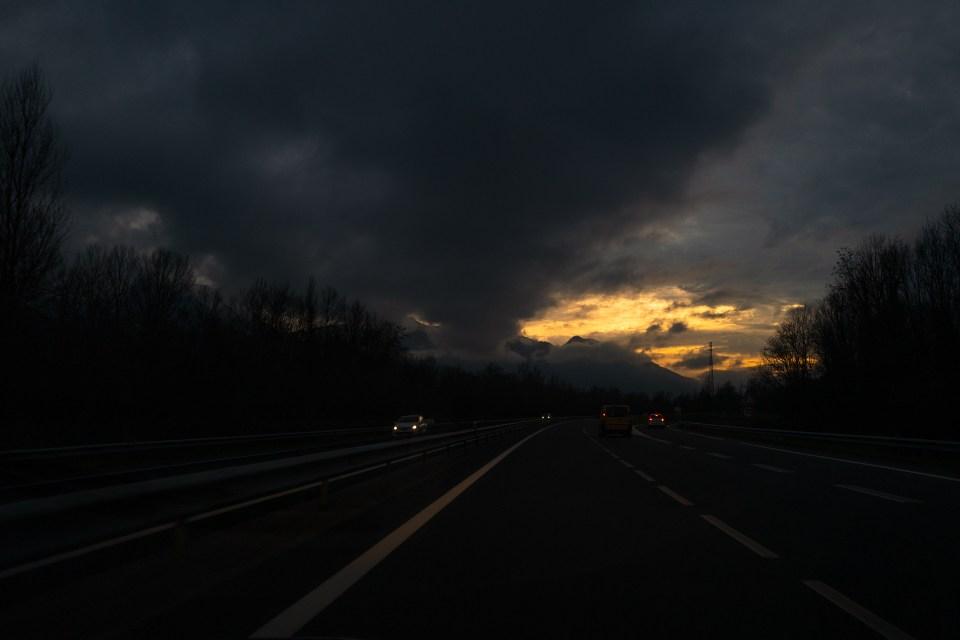 Autoroute montagne coucher de soleil