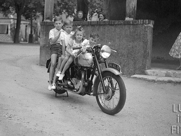 photographie ancienne de 4 enfants sur une moto triumph 1948
