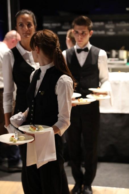 Kellner bringen Speisen zu den Gästen des Exclusive Dinner Chris & Friends 2018 in Toblach