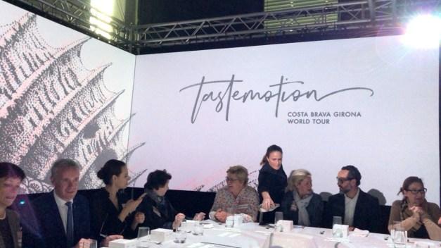 Teilnehmer vor Logo von TastEmotion 2018 in München