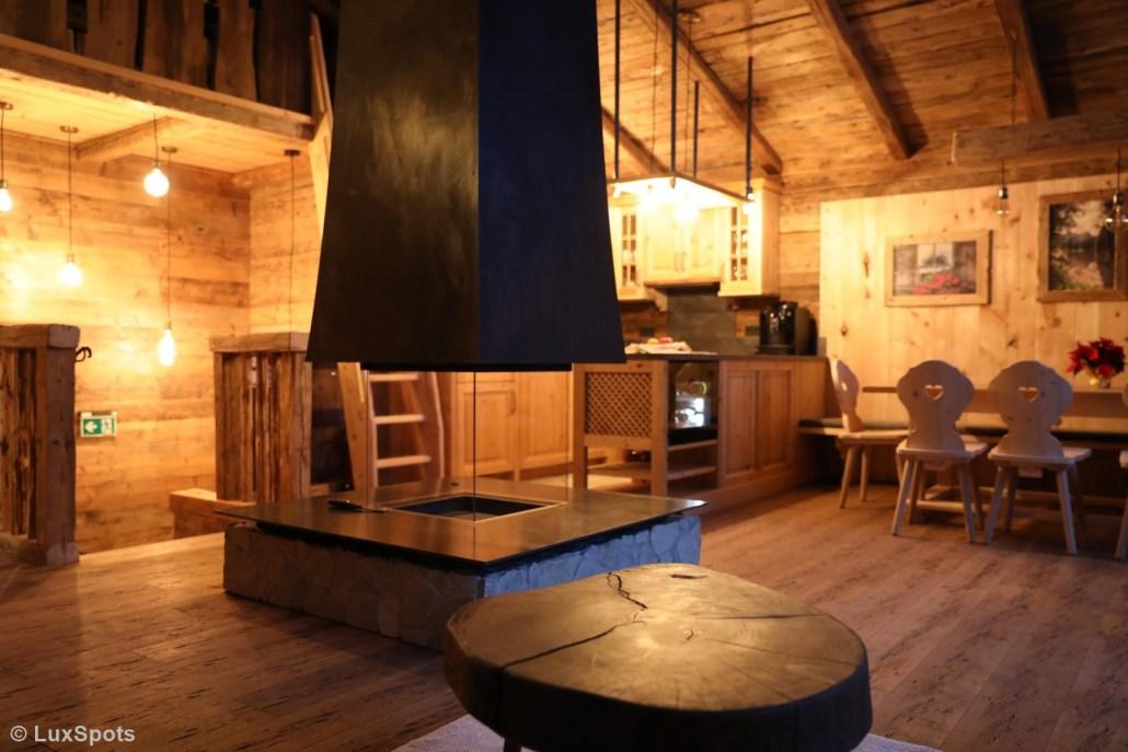 Offener Kamin und Küche im Alm-Chalet Prechtlgut