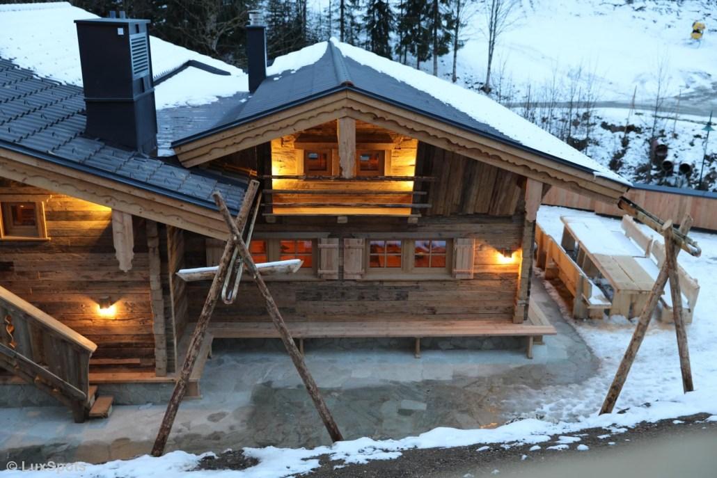 Traditionelle Altholzfassade mit Heustangen im Prechtlgut