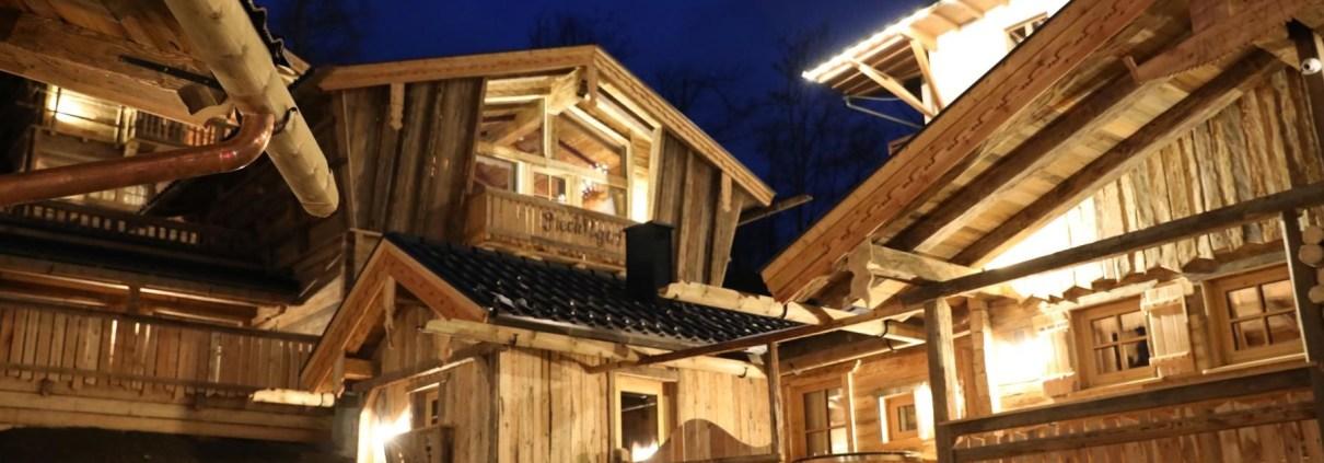 Nachtaufnahme des Chaletdorfes Prechtlgut in Wagrain