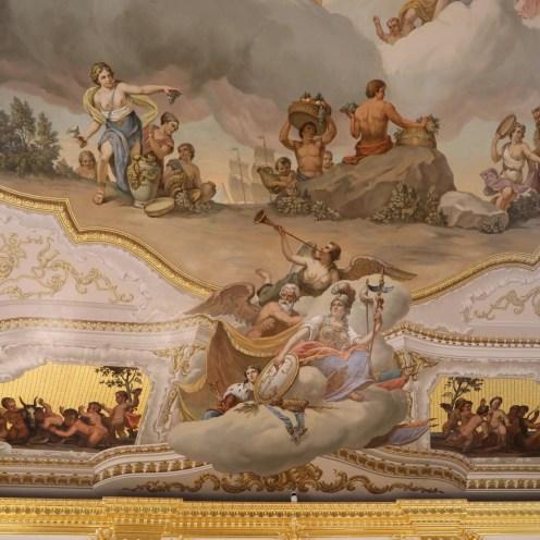 Detailreiche Deckengemälde im Katharinenpalast